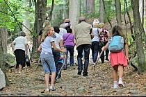 Turisté stoupají od parkoviště pod Blaníkem k jeho vrcholu.