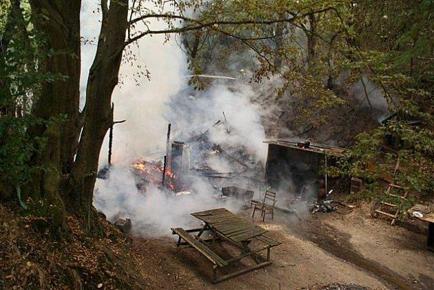 Požár chaty u Čakovic.