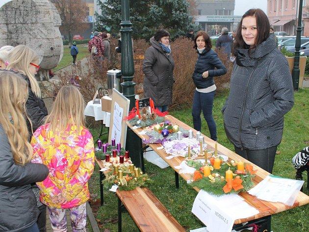 Členky neveklovské  YMCY se také podílí na pořádání adventního jarmarku na náměstí.