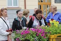 Farmářský trh byl v Benešově v sobotu věnovaný květinám, především jejich sazenicím, i zelenině.