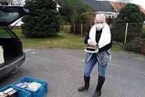 Jitka Šulcová se při rozvozu obědů chrání účinným respirátorem a tím ochraňuje i své klienty - seniory.