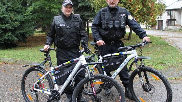 Městská policie Benešov je vybavená i jízdními koly. Vpravo velitel Radek Stulík.