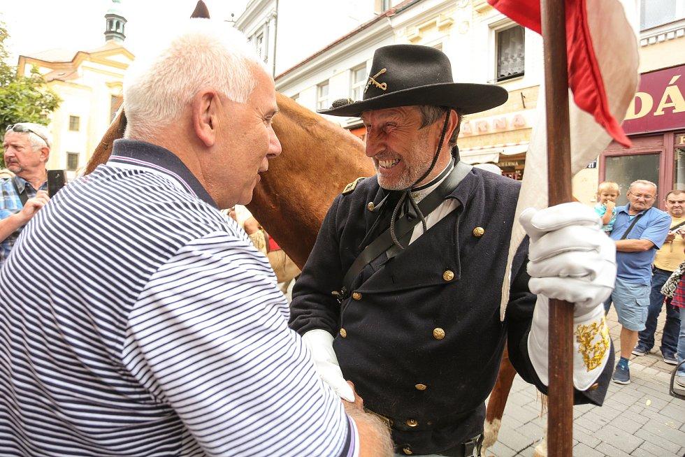 Z průvodu jezdců Benešovem v rámci Memoriálu generála Custera 2021 ve čtvrtek 19. srpna.