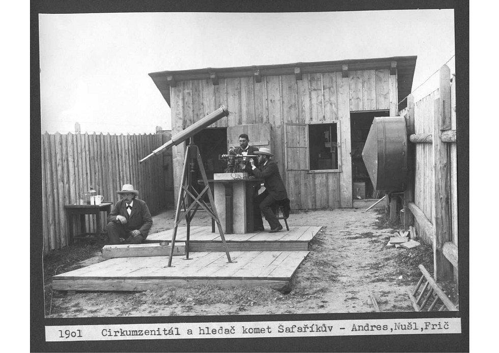 Pánové Andrés, Nušl a Frič (zleva) v ondřejovské hvězdárně.