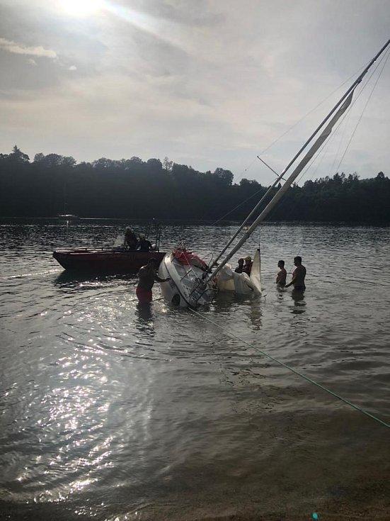 Na Slapské přehradě zasahovali hasiči u převrácené plachetnice