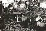 Při hloubení výkopů v Úročnici v roce 1973, ale také při usazování betonových skruží sloužil brigádníkům jednoduchý bagr.