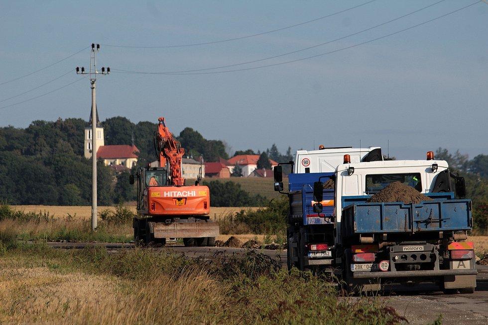 Rekonstrukce silnice II/112 by měla skončit do začátku října. Na snímku je úsek mezi Chotýšany a Brukem.