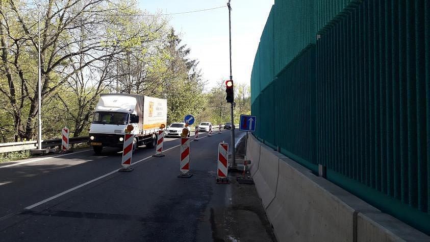 Město Říčany nesouhlasí s dopravní omezením vyvolaným natíráním protihlukové stěny.