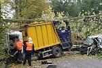 Střet dodávky benešovských technických služeb s týneckým popelářským vozem se odehrál v zatáčce pod Vatěkovem dvacet minut po úterním poledni.
