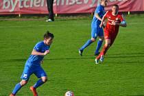 Hrdina zápasu Ladislav Janda (u míče) udělal krásnou akcí zakončenou gólem, všem Vlašimákům radost.
