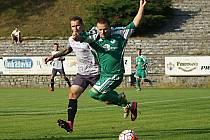 Jakub Šlejmar (v šedém) vstřelil dva góly do sítě Nového Knínu, jeden z dorážky penalty, druhý přímo z penalty.