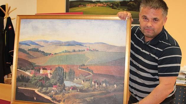 Starosta Zvěstova Karel Babický s obrazem zvěstovského zámku.
