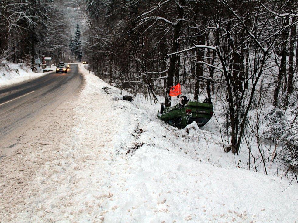 Nehoda na silnici II/107 u Zbořeného Kostelce se obešla bez vážnějšího zranění.