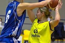 Rozehrávačka Benešova Iveta Škvorová (ve žlutém) přispěla k výhře nad Novou Pakou šesti body.