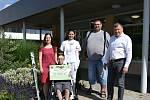 Předání symbolického šeku na 20 tisíc korun a lehokola Mirkovi Piskačovi zástupci benešovské nemocnice.