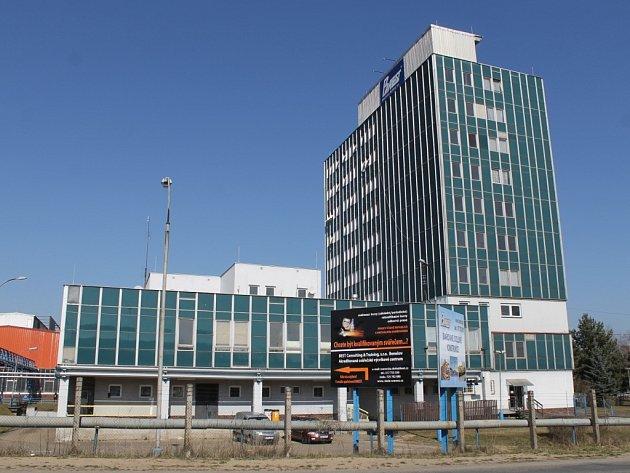 Továrna v průmyslové zóně u benešovského Černého lesa.