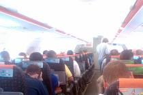 Chorvatští policisté eskortovali hledaného zloděje z Vlašimska do Prahy letecky.