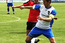 Útočník Spartaku Příbram Michal Obyt (v červeném) se snaží sebrat míč vlašimskému Jiřímu Petrů.