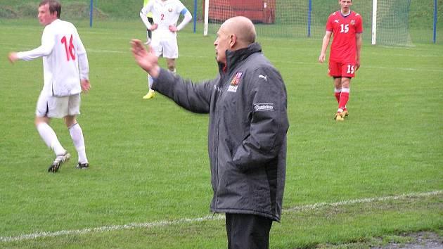 Jaroslav Hřebík, reprezentační trenér České republiky osmnáctiletých při koučování ve Voticích proti Bělorusku.