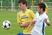 Benešovský Zdeněk Hašek (ve žlutém) připravil o míč nejlepšího hráče Litvínova Kocúra.