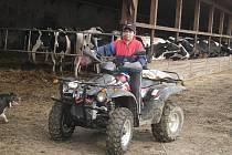 Zemědělcům pomáhají i čtyřkolky.