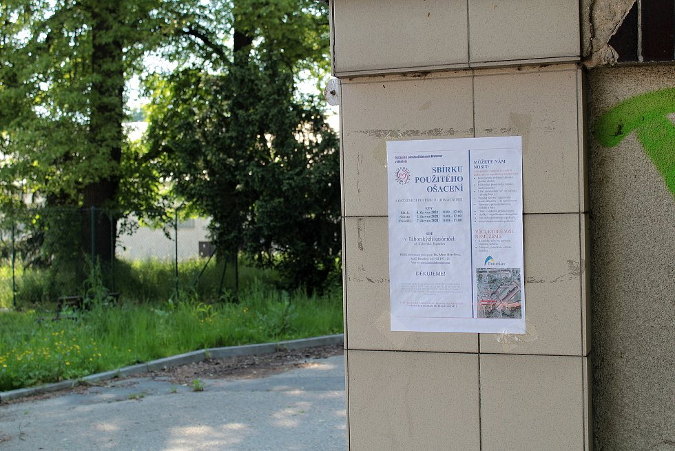 Sbírka nepotřebného ošacení v benešovských Táborských kasárnách.