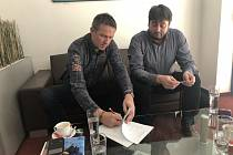 Za SK Slavia Praha se uzavření smlouvy o spolupráci účastnil Jiří Plíšek (vlevo).