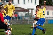 Benešovský Robert Král (ve žlutém) otvírá gólem utkání patnáctek s Prachaticemi.