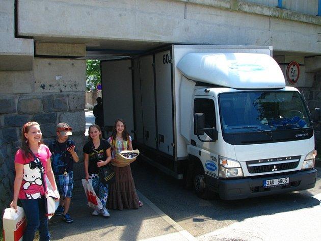 Pekařská dodávka se zakousla pod mostem v ulici K Tužince.