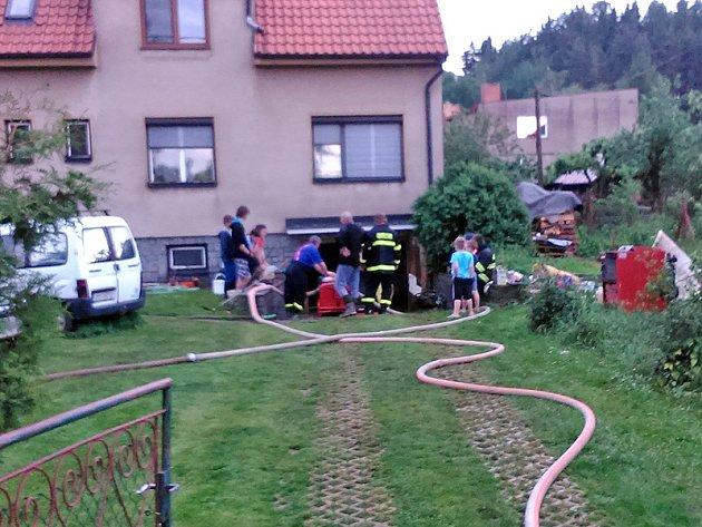 Například v domu v Sedlečku na pomezí Benešovska a Sedlčanska zasahovaly v 16.40 dvě hasičské jednotky s požární stříkačkou, dvěma plovoucími a jedním ponorným čerpadlem.