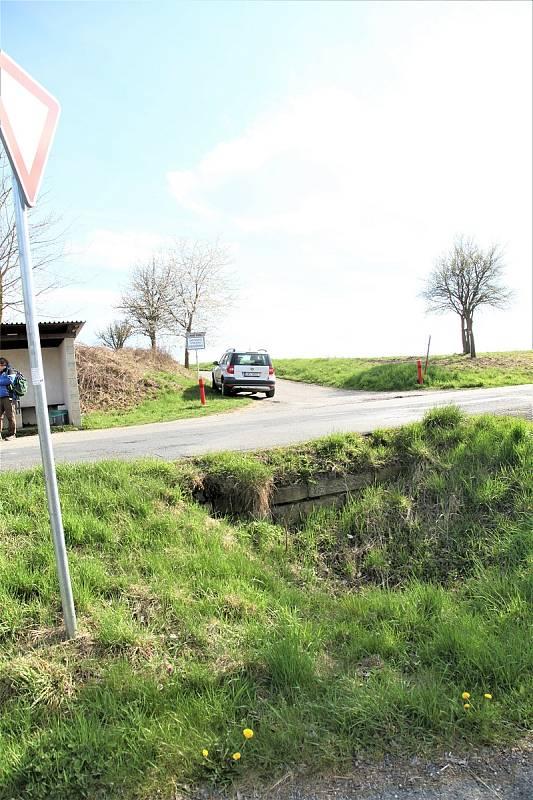 Nechráněná prohlubeň v Třebsíně, do které padají auta.