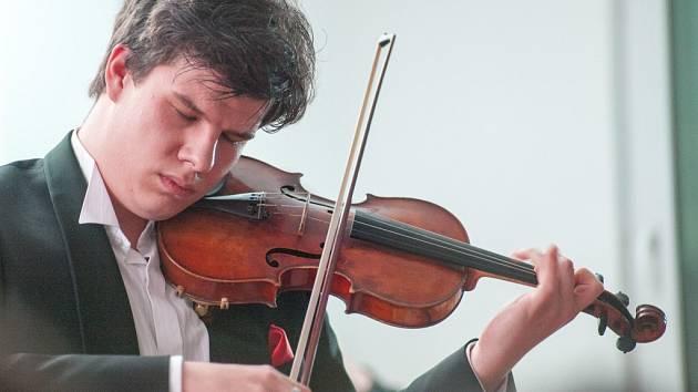 V Krhanicích vystoupilo Nové pražské kolegium rozhlasových symfoniků a čtyřiadvacetiletý houslista Jan Mráček.