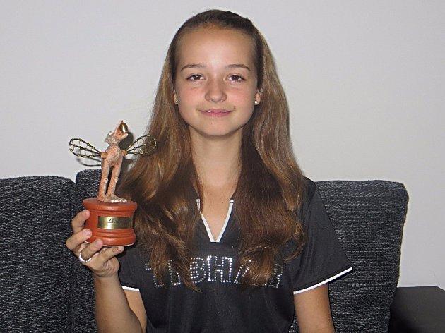 Kristýna Pěnkavová ukazuje nominační diplom a sošku Zlatého oříšku pro vítězku Krajského kola.