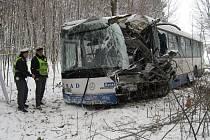 Policisté prohlížejí vrak autobusu