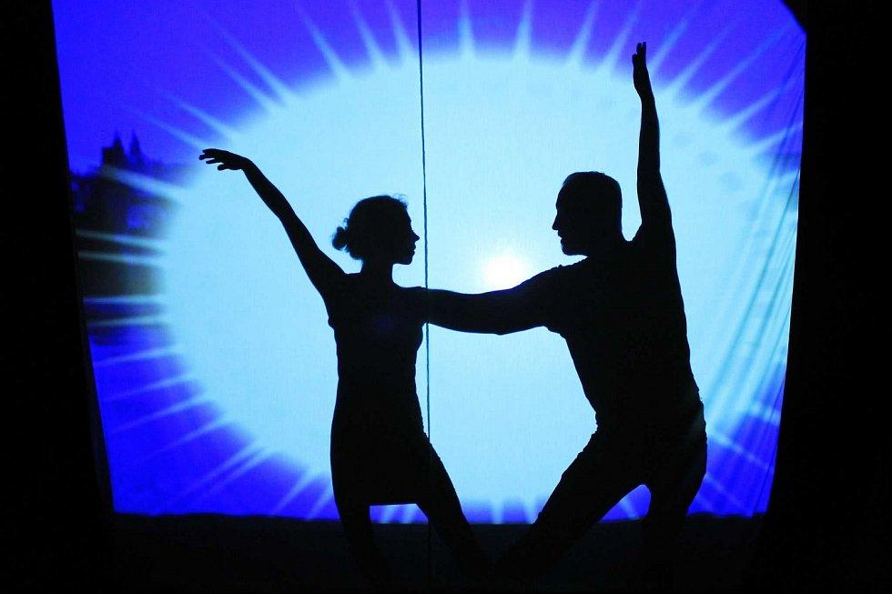Užijte si známý příběh o chudé dívce, která svým dobrým srdcem okouzlí prince. Tentokrát v podobě stínového divadla.