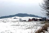 Větrné elektrárny hodlá investor vztyčit na kopci Hůrka u Lovčic, vlevo od silnice z Heřmaniček do Kosovy Hory.