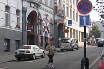 Z Tyršovy ulice podél Piaristické koleje je jednosměrka.
