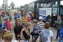 Školáci ze ZŠ Jiráskova si za sbírku víček pro Davídka užili hry v areálu ČSAD Benešov.