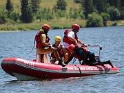 Vodní záchranná služba, nácvik záchrany tonoucího. Ilustrační foto.
