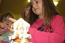 Výroba perníčkového stromečku ve školní družině.