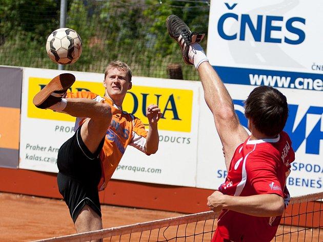 Smečař benešovského Šacungu Jiří Holub (u míče) pálí přes blok karlovarského hráče.
