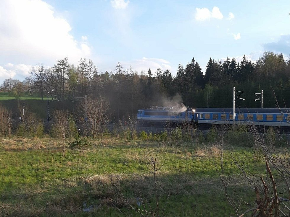 Požár lokomotivy před tomickým tunelem.