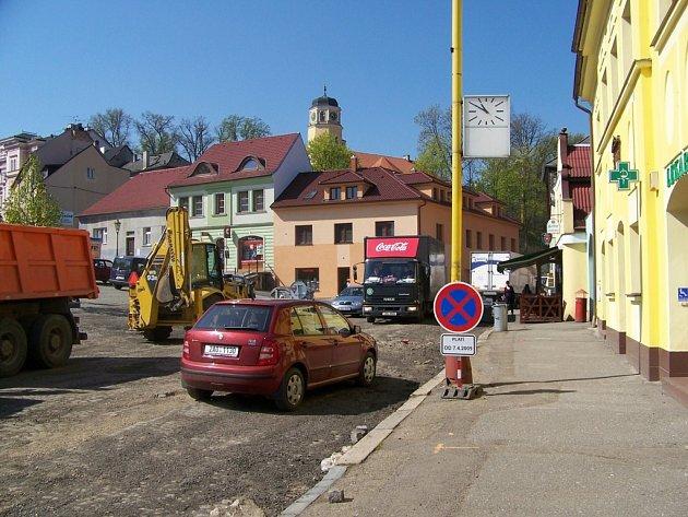 Žižkovo náměstí okupují stavbaři