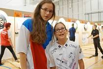 Denisa Dadová (vlevo) a pozdější semifinalistka turnaje a aktuálně osmá hráčka světa desetiletá Kyana Frauenfelder.