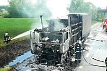 Oheň zdolávali hasiči z Benešova a Vlašimi.