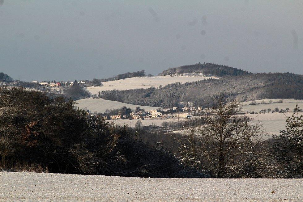 Zasněžená krajina v úterý 6. dubna 2021 v okolí Týnce nad Sázavou.