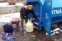 Čerpání pitné vody v Peceradech v neděli 13. ledna 2019. O dva dny později tam týnecká radnice instalaci cisterny v rámci nouzového zásobování pitnou vodou, ukončila.