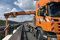 Kontrola mostu na dálnici D1 u Hvězdonic.