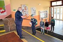 Ze zahájení výuky na prvním stupni po 'koronavirovém volnu' v pondělí 25. května 2020 v Základní škole Jiráskova v Benešově.