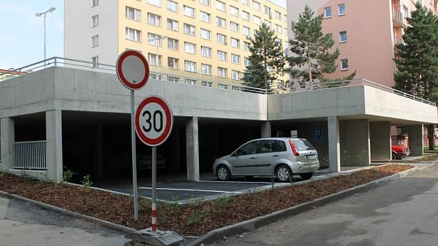 Dvoupodlažní parkoviště v benešovské Bezručově ulici.